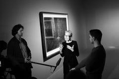 奥尔加Sviblova接受采访在摄影陈列 图库摄影