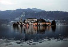 奥尔塔湖的堤防的看法意大利的北部的 库存照片