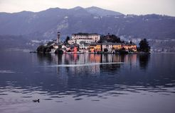 奥尔塔湖的堤防的看法意大利的北部的 免版税库存照片
