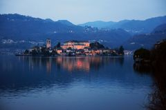 奥尔塔湖的堤防的看法意大利的北部的 库存图片
