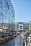 奥尔胡斯午餐时间运河场面 免版税图库摄影