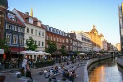 奥尔胡斯和它的运河在日落,丹麦的中心 免版税库存图片