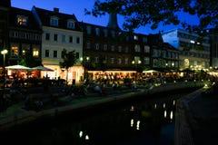 奥尔胡斯和它的运河在晚上,丹麦的中心 免版税库存图片