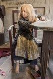奥尔胡斯,丹麦- 2015年4月12日:操作的中世纪可怜的女孩 免版税库存图片