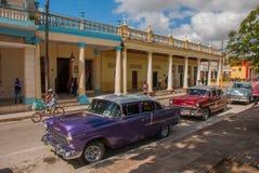 奥尔金,古巴:减速火箭的老汽车在街道上在市中心停放了 库存照片