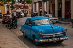 奥尔金,古巴:在街道上的减速火箭的蓝色老汽车 库存照片