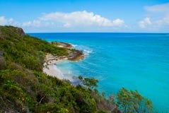 奥尔金,古巴:奥尔金省热带邀请的海滩惊人的华美的美好,惊人的看法和平静的天蓝色的绿松石 库存图片