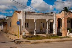 奥尔金,古巴:有一个房子的街道有专栏的 库存图片