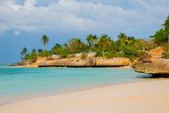 奥尔金, Guardalavaca海滩,古巴:有美丽的青绿松石水和柔和的沙子和棕榈树的加勒比海 天堂土地 图库摄影