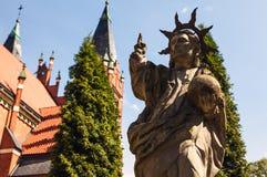 奥尔什丁,波兰- 8月13 :在天主教会附近雕刻在奥尔什丁-波兰 2015年8月13日在奥尔什丁 库存图片