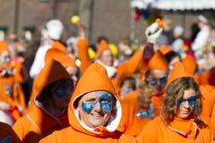奥尔登扎尔,荷兰- 2011年3月6日:五颜六色的狂欢节的人们穿戴在每年狂欢节队伍期间在奥尔登扎尔,下面 免版税库存图片
