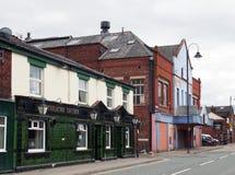 奥德翰路看法在ashton的在显示遗弃tameside竞技场和市场小酒馆客栈的lyne下 免版税库存图片
