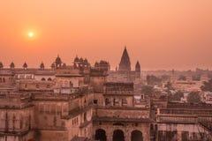 奥拉奇哈宫殿,印度寺庙,在日落,中央邦的都市风景 并且被拼写的Orcha,著名旅行目的地在印度 库存照片