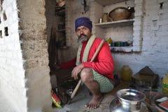 奥拉奇哈,印度, 2017年11月28日:在家烹调的人 库存照片