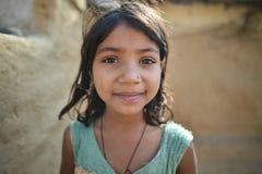 奥拉奇哈,印度, 2017年11月28日:女孩微笑 免版税库存照片