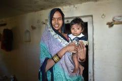奥拉奇哈,印度, 2017年11月28日:愉快的妈妈和的儿子 免版税图库摄影
