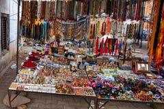 奥拉奇哈,印度-大约2017年11月:印地安街道的纪念品供营商 库存照片