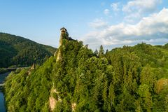奥拉瓦河城堡在斯洛伐克 在日出的鸟瞰图 库存照片