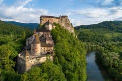奥拉瓦河城堡在斯洛伐克 在日出的鸟瞰图 免版税库存照片