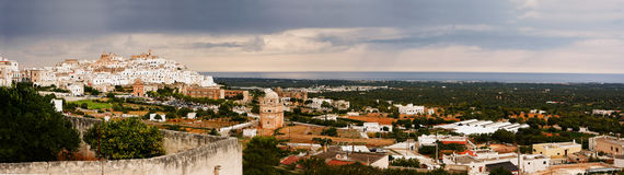 奥斯图尼、白色城市在普利亚& x28; Italy& x29; 免版税库存照片