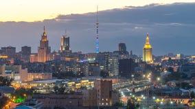 奥斯坦基诺电视塔和斯大林摩天大楼在对夜timelapse的火车站天附近 居民住房和屋顶 股票视频
