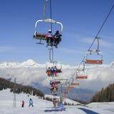 奥斯塔和围拢的瓦尔d `从Pila滑雪胜地的奥斯塔北部意大利城市鸟瞰图-驾空滑车和滑雪坡道 免版税库存照片