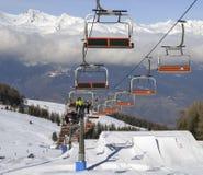 奥斯塔和围拢的瓦尔d `从Pila滑雪胜地的奥斯塔北部意大利城市鸟瞰图-驾空滑车和滑雪坡道 免版税图库摄影