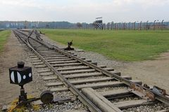 奥斯威辛,波兰, 2013年10月12日:铁路路轨在集中营的在奥斯威辛比克瑙KZ,波兰 免版税库存照片