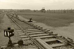 奥斯威辛,波兰, 2013年10月12日:铁路路轨在集中营的在奥斯威辛比克瑙KZ,黑白色和 图库摄影