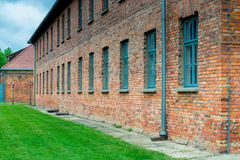 奥斯威辛,波兰- 2017年8月12日:奥斯威辛集中营营房的砖墙  免版税库存照片