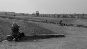 奥斯威辛,波兰- 2012年3月30日:拍营房遗骸的照片访客夫人在比克瑙 图库摄影