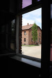 奥斯威辛,波兰- 2015年5月09日:从窗口的看法在前纳粹集中营 免版税库存照片
