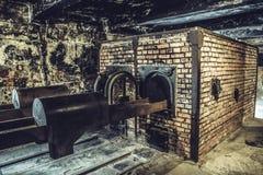 奥斯威辛/波兰- 02 15 2018年:在黑暗的地下室的火葬场火炉在奥斯威辛博物馆 库存图片