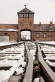奥斯威辛/波兰- 02 15 2018年:对集中营的路轨入口在奥斯威辛比克瑙 火车到来点 图库摄影