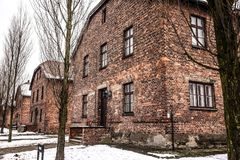 奥斯威辛/波兰- 02 15 2018年:砖营房,奥斯威辛集中营博物馆的线路所 免版税库存图片