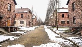 奥斯威辛/波兰- 02 15 2018年:砖营房,奥斯威辛集中营博物馆的线路所 库存照片