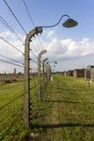 奥斯威辛II -比克瑙灭绝阵营铁丝网篱芭和木住房 库存图片