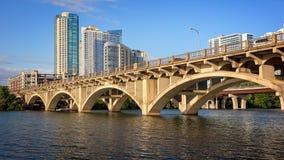 奥斯汀在科罗拉多河的地平线和国会桥梁在得克萨斯 库存图片