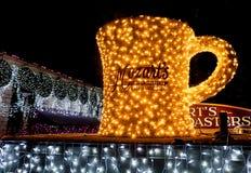 奥斯汀,得克萨斯2017年12月11日:咖啡杯标志和光垂悬在莫扎特` s咖啡烘烤器假日光显示 免版税库存图片