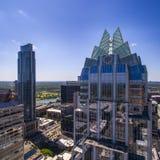 奥斯汀, Texas/USA -奥斯汀,有弗罗斯特银行塔的得克萨斯03/27/2016地平线  库存照片