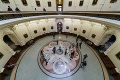 奥斯汀, TX/USA -大约2016年2月:显示六个国家的封印的圆形建筑和地板马赛克 免版税库存图片