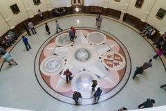 奥斯汀, TX/USA -大约2016年2月:显示在状态国会大厦治理了得克萨斯六个国家的封印的马赛克 免版税库存照片