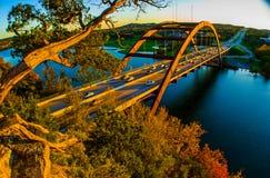 奥斯汀360桥梁Pennybacker桥梁金黄日落树 库存图片