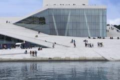 奥斯陆有人和反射的歌剧院 免版税库存图片