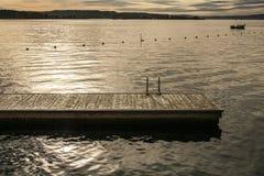 奥斯陆海湾、海湾的金黄水和小船 库存图片