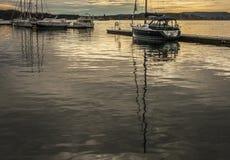 奥斯陆海湾、海湾的金黄水和有些小船 库存照片