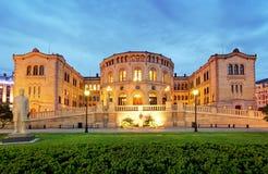 奥斯陆议会-全景在晚上 免版税库存照片