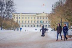 奥斯陆,挪威- 2018年3月, 26日:走在王宫前面的室外观点的未认出的人民,安装了 库存照片