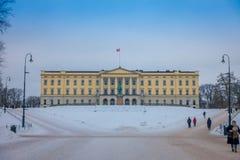 奥斯陆,挪威- 2018年3月, 26日:走在王宫前面的室外观点的未认出的人民,安装了 免版税库存图片