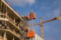 奥斯陆,挪威- 2018年3月16日:建造场所,一部分的建设中一个大厦,与起重机和电梯 库存照片